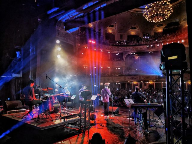 A GRUND – vígszínházi fiúzenekar koncertje a Vígben